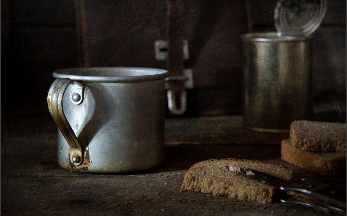 Фотография Алюминиевая кружка, хлеб и тушёнка из раздела натюрморт